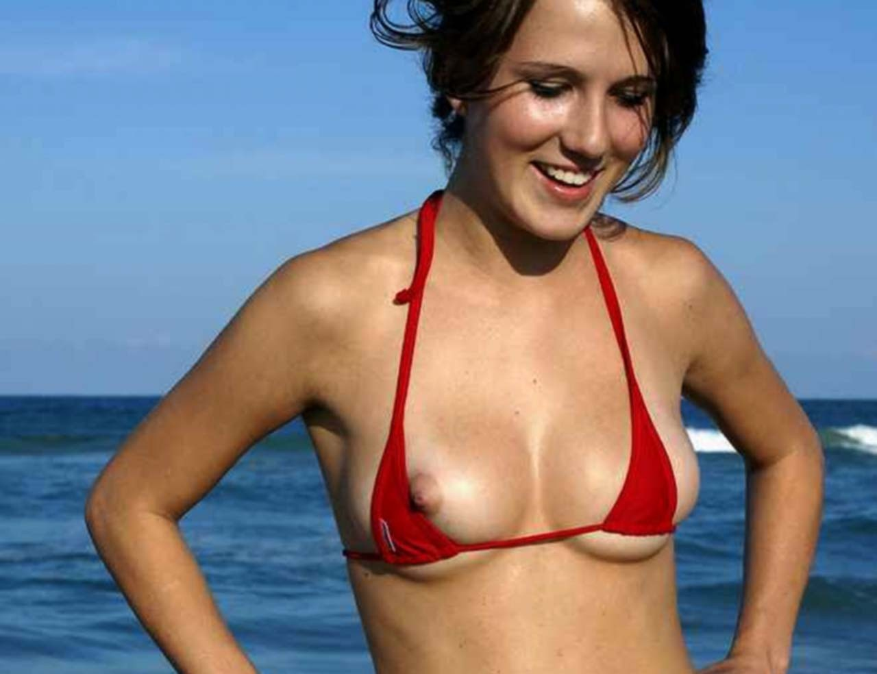 моются на пляже у девушки видно грудь тетки эротично