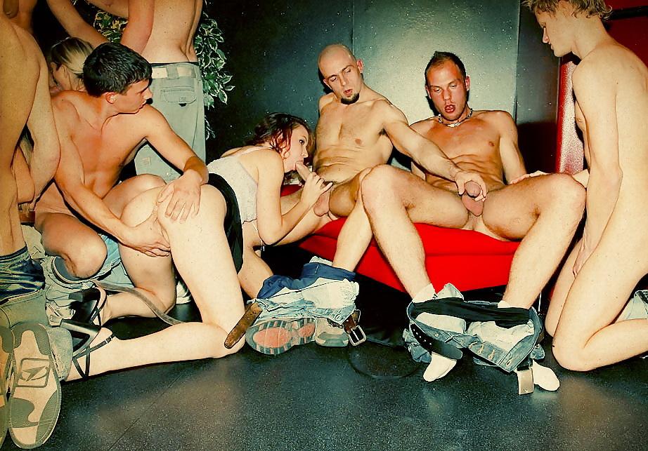 Порно видео би оргии в клубе