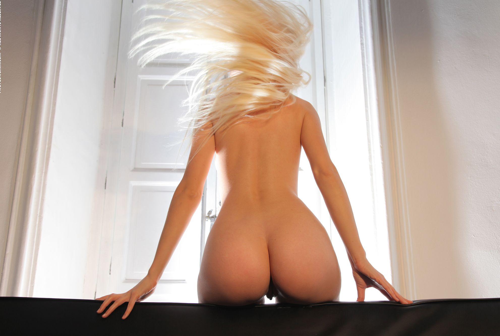 Фото блондинки с упругой попкой, Юная блондинка с влажной писей и упругой попкой 35 10 фотография