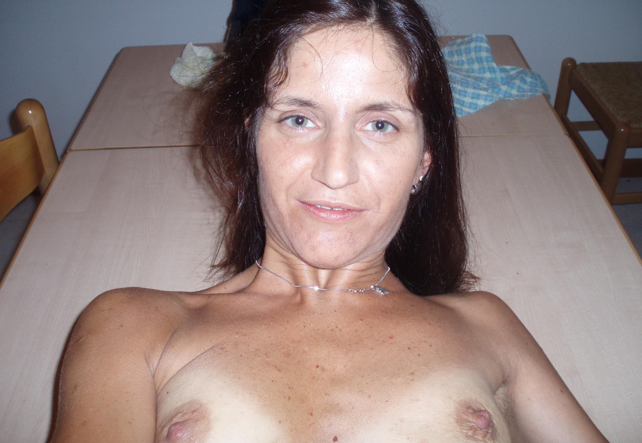Фото зрелых с маленькими сисками, Зрелой женщина с маленькой грудью раздевается 3 фотография