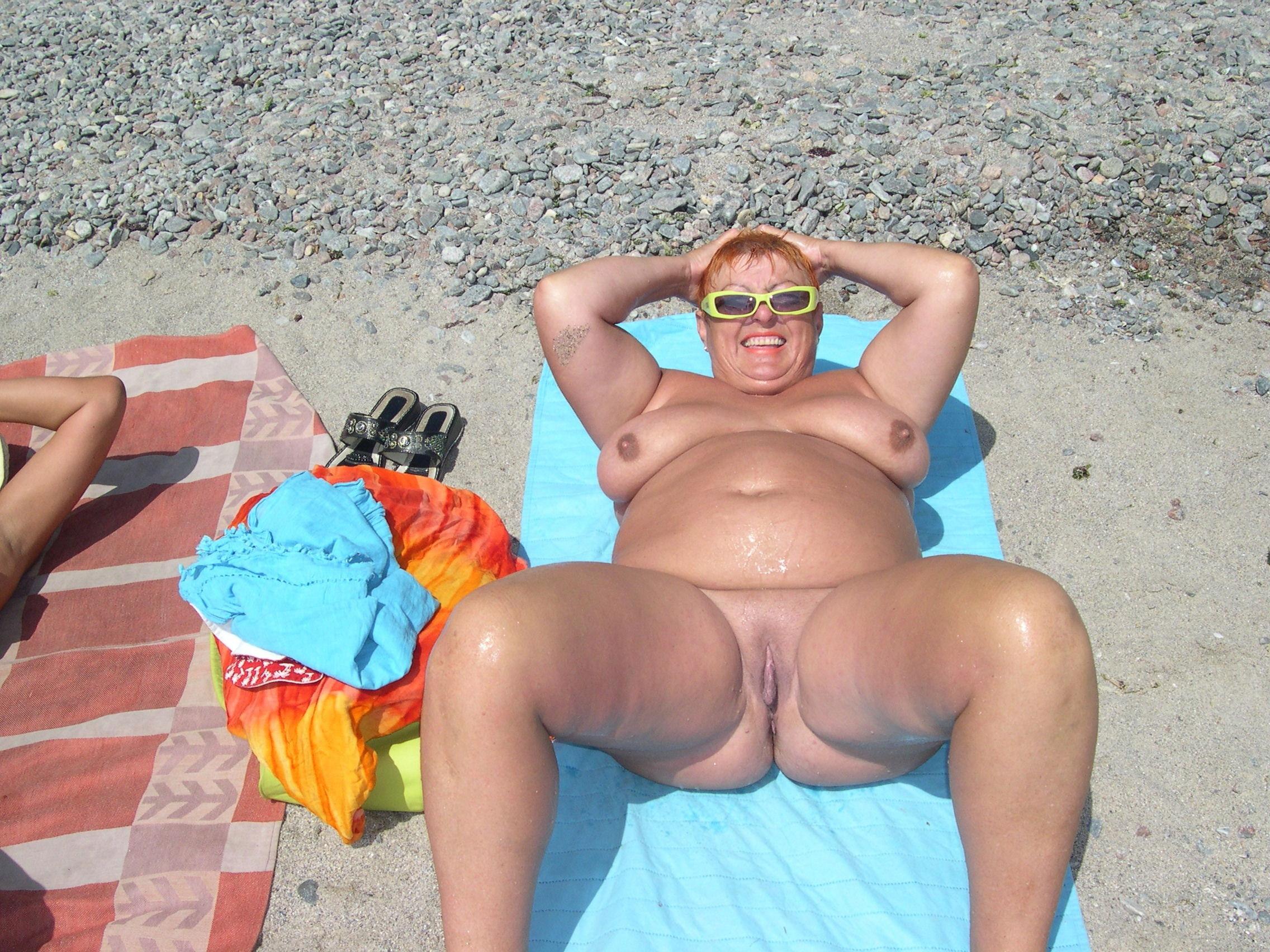 пляже толстушка голышом на