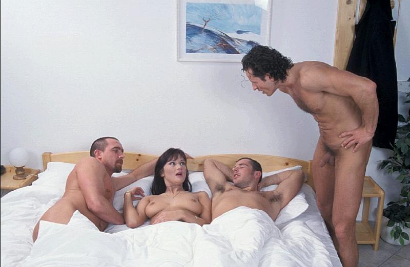 Красивые жены трахаются с мужьями друг друга и не ревнуют