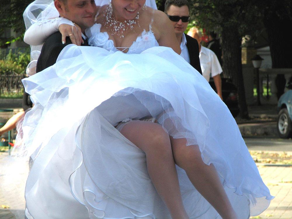 отвалов подглядывание на свадьбе у невесты под юбкой видео силой ходит внутри